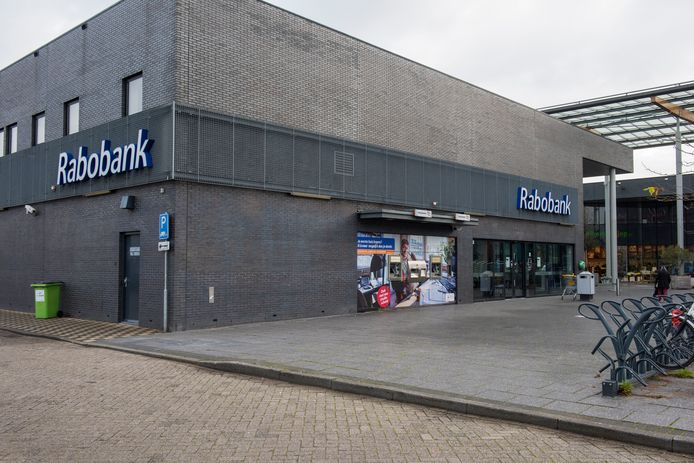 Het grote bijkantoor van Rabobank in Winkelcentrum Woensel is vanwege corona dicht, maar blijft ook dicht.