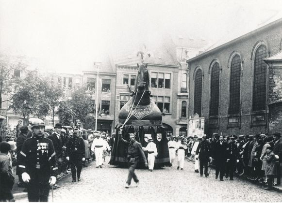 Burgemeester Buyse postte een foto van de Ros Beiaardommegang uit 1930 op Facebook.