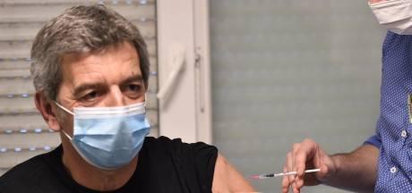 """Michel Cymes contacté par des """"gens très célèbres"""" pour se faire vacciner avant les autres"""