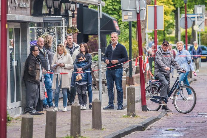 De Molenstraat in Naaldwijk is door de politie met lint afgezet. Omstanders worden op afstand gehouden.