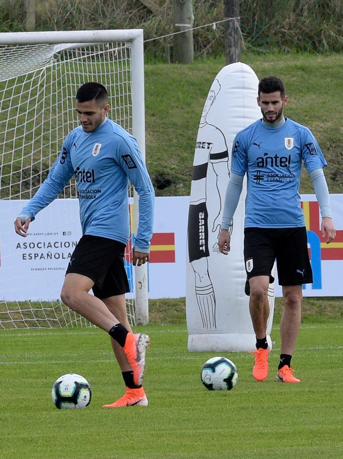 Maxi Gomez (l) and Gaston Pereiro op de training van Uruguay.