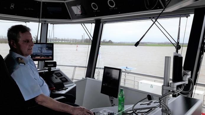 Jan van Wijgerden bestuurt het veer Brakel-Herwijnen. ,,Het scheelt dat de wind gunstig staat. Maar het blijft een kwestie van goed opletten.''