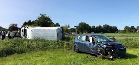 Bedrijfsbus en auto in de kreukels na botsing in Wapenveld: bestuurder naar ziekenhuis