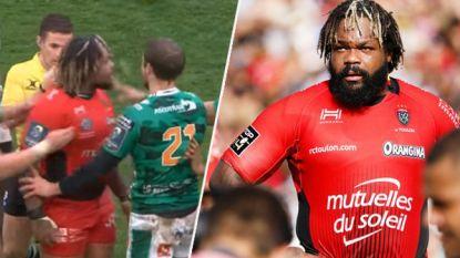 Rugbykolos wil op de vuist gaan met tegenstander en slingert verwensingen naar diens hoofd. Maar hij verliest één belangrijk detail uit het oog