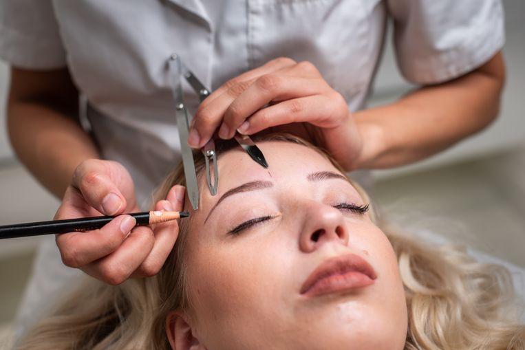 Microblading in de Amsterdamse Albert Cuyp Clinic van Saloua Belboukhaddaoui: Met ultrafijne naaldjes wordt gesneden in de huid onder de wenkbrauwen en wordt pigment aangebracht, waardoor lijntjes ontstaan die lijken op normale wenkbrauwharen. Beeld Simon Lenskens