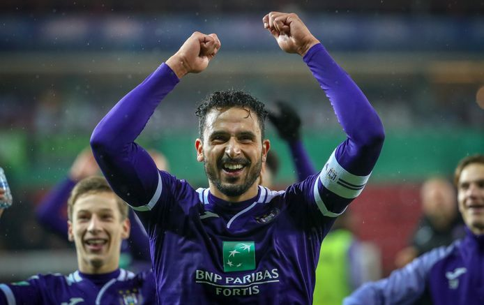 Anderlecht-captain Nacer Chadli viert na afloop feest met de meegereisde fans.