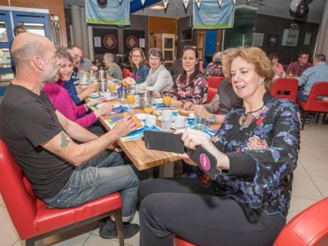 50-jarigen ontbijten samen in jarige Goese Polder: 'We hebben het van een weiland naar een woonwijk zien gaan'