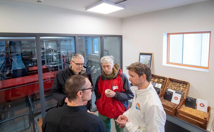 Tijdens een open dag bij de bio-energie centrale van Warmtebedrijf Ede aan de Geerweg in Ede is - met rode jas - Johan Vollenbroek een van de aanwezigen.