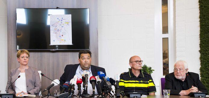 Van links naar rechts: Danielle Weijmar (Officier van Justitie), burgemeester Raymond Vlecken van Landgraaf, Hans van den Heuvel (politie hoofd sector Zuid West Limburg) en Jan Smeets (organisator van Pinkpop), tijdens een persconferentie in het stadhuis van Landgraaf over het dodelijk ongeval bij het festivalterrein van Pinkpop.