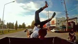 Passagier motorrijder redt zich met salto bij botsing