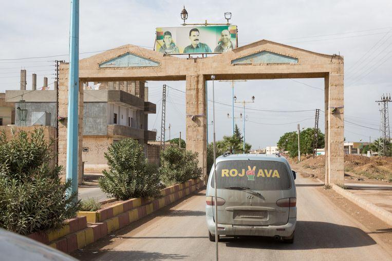 Boven de poort een portret van Abdullah Öcalan. Beeld Ernie Buts / New World Summit
