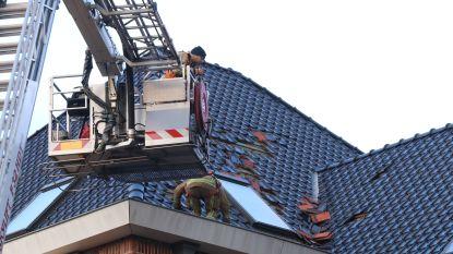 Brandweer rukt uit voor stormschade: dakkoepel flat dreigt weg te waaien