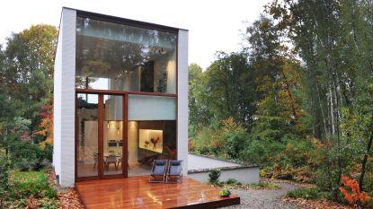 """Saskia en Brecht bouwden hun woning in de hoogte, met een minimum aan meubels: """"Alles staat in het teken van contact met de omgeving"""""""