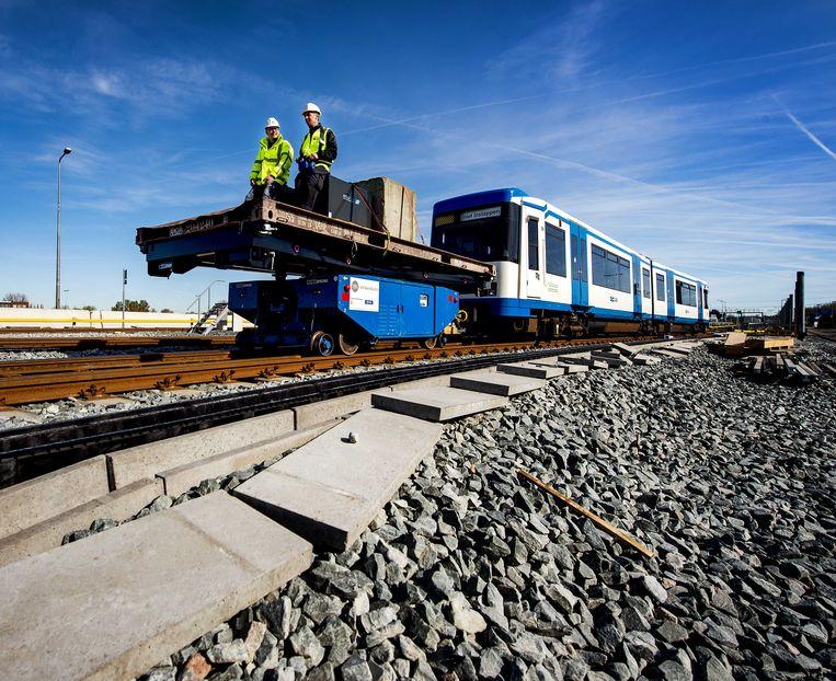 Een testrit op de Amsterdamse Noord-Zuidlijn. Het metroproject met zijn vertraging en kostenoverschrijding belooft weinig goeds voor de grote investeringen in openbaar vervoer waar de hoofdstad voor staat. Beeld ANP