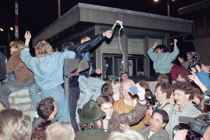 Uitgelaten Oost- en West-Berlijners bij de val van de muur in november 1989.