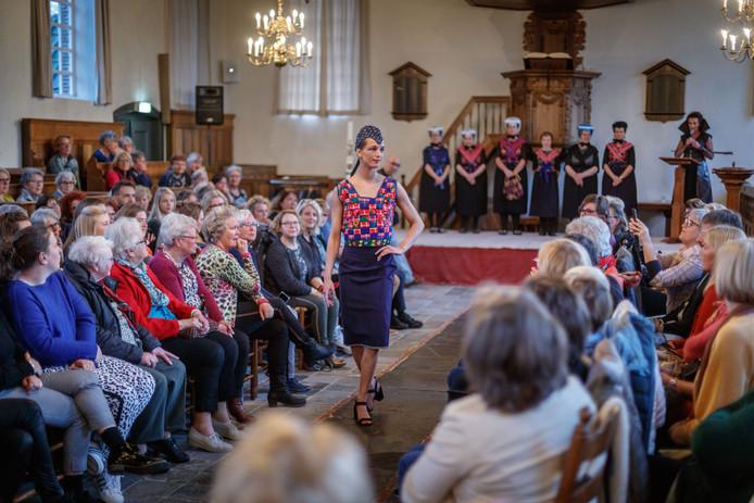 Modellen showen in het kleine kerkje van IJhorst met lef de Staphorster klederdracht 2.0.
