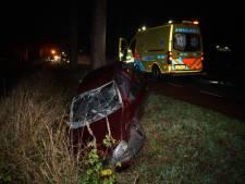 Aaltense automobilist botst tegen boom en belandt in sloot