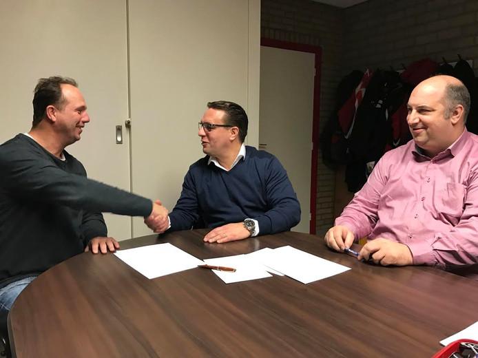 Stephan de Graef (l) bij de ondertekening van zijn contract bij Riethoven.