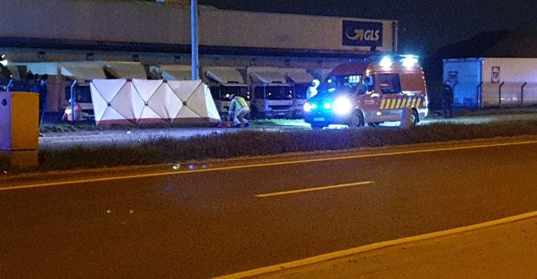 De wagen ging door de omheining van GLS en belandde op zijn dak. Achter de zeilen haalde de brandweer de drie inzittenden uit het voertuig.