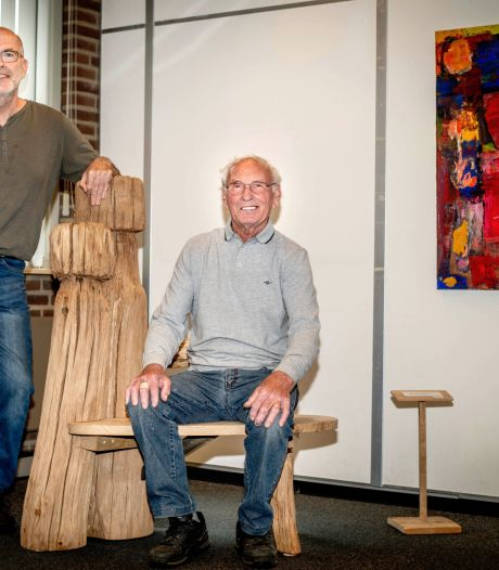 Veilig knuffelen met een sculptuur van eikenhout, het kan in Wijchens Kunsthuis
