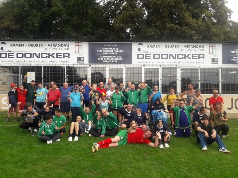De deelnemers aan het voetbaltoernooi for Specials in Meerbeke.