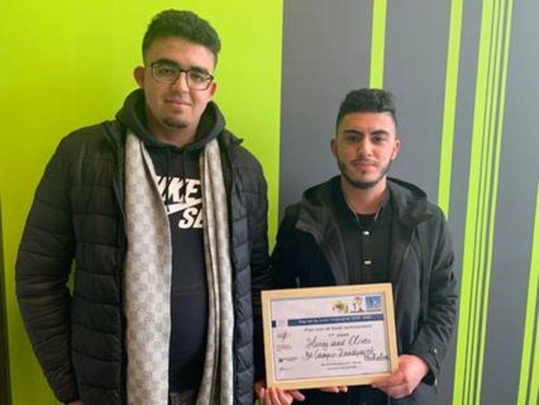 Leerlingen van het Mechelse Busleyden Atheneum campus Zandpoort hebben tijdens een verkoopdag van Vlajo voor miniondernemingen in Waasland Shoppingcenter de eerste prijs gewonnen met hun verkoopstand 'Honey & Olives'.
