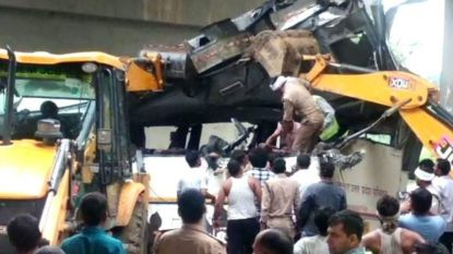 Bus stort in riool in India, 29 doden
