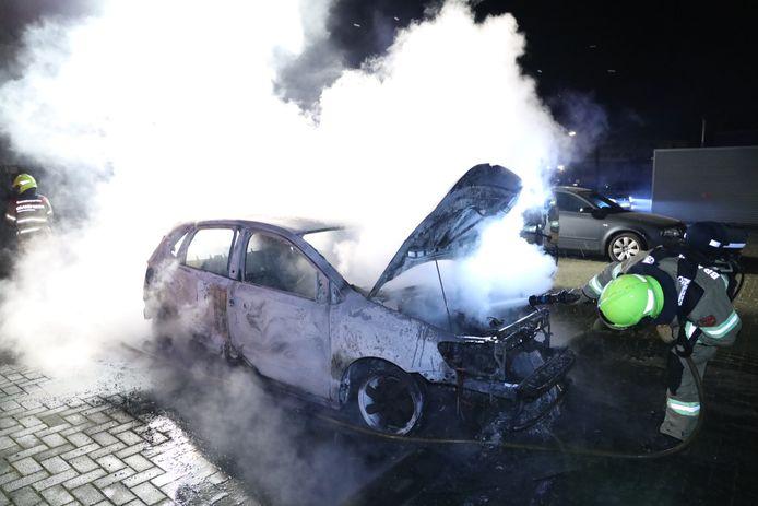 Een auto is compleet uitgebrand op de Stieltjesweg in Arnhem.