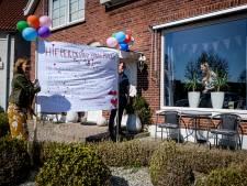 'Omgekeerde corona-actie' in Enschede: Oma en opa verrassen jarige kleindochter  met spandoek