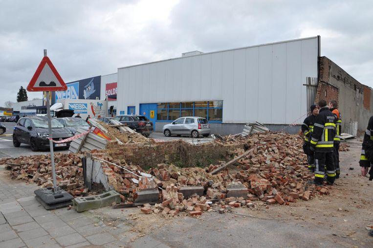 Door de storm zakte een muur in op de parking van meubelzaak Weba.