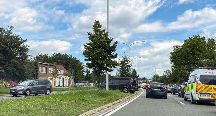 Wagens rijden over de middenberm van de Singel.