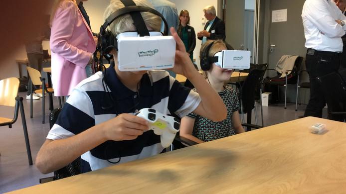 Leerlingen in Tilburg oefenen verkeerssituaties met vr-brillen.