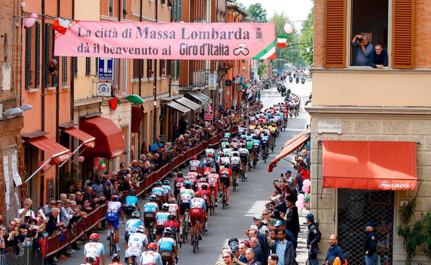 Het peloton jakkert door Massa Lombarda.