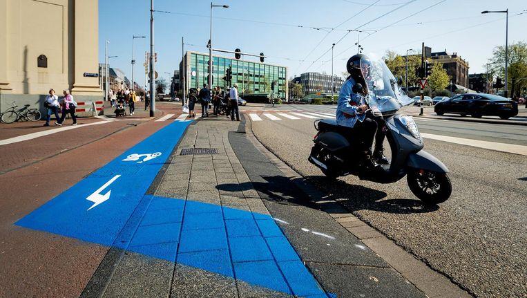 Snorfietsers moeten sinds 8 april op de rijbaan in Amsterdam Beeld ANP