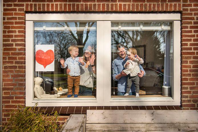 Een Bredaas gezin, dat noodgedwongen thuis zit in coronatijd, april 2020.