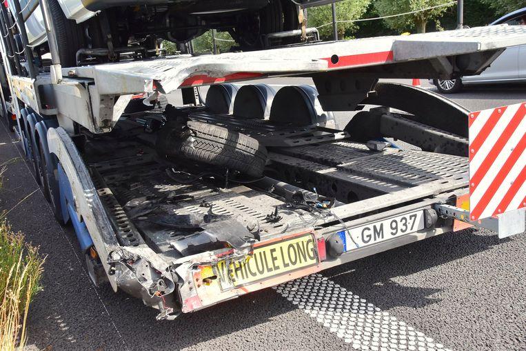 Het rechtervoorwiel van de Mercedes belandde op de laadvloer van de vrachtwagen.