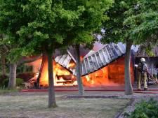 Auto en schuur volledig verwoest door brand in Harbrinkhoek