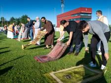Een voetbalveld vol moslims bidt voor het eerst massaal in de open lucht tot Allah