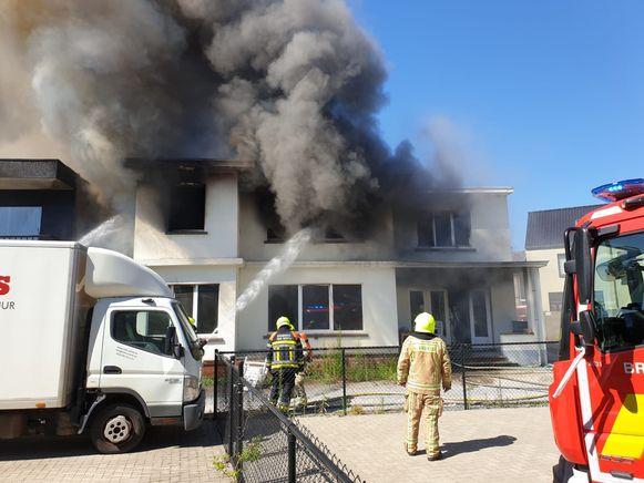 Een zware brand in het centrum van Vorselaar zette een appartementsgebouw in lichterlaaie