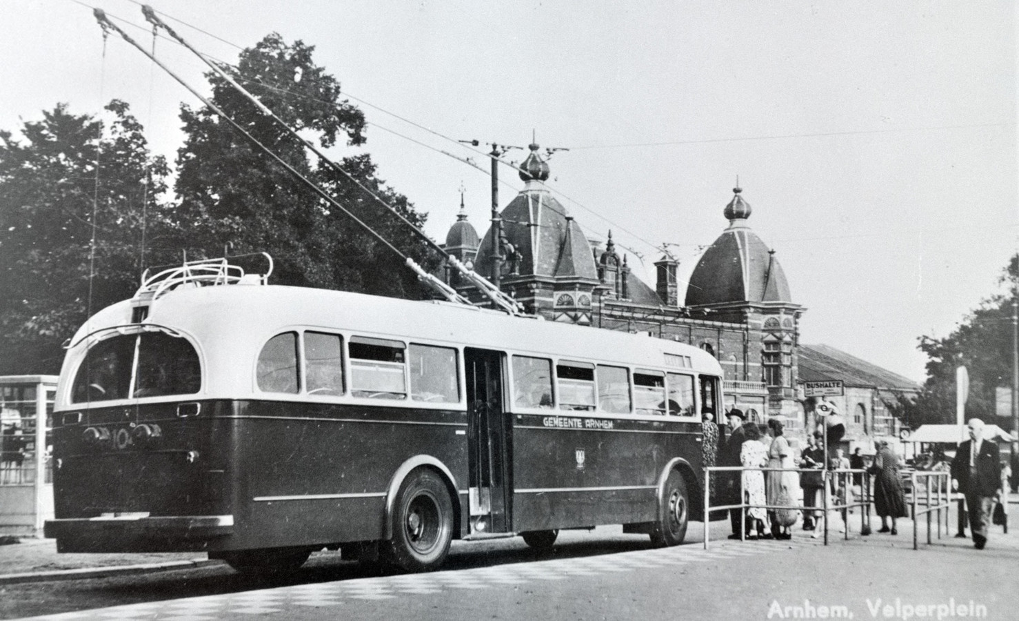 Een trolleybus op het Velperplein, rond 1950. Of dit de eerste is, is onbekend.