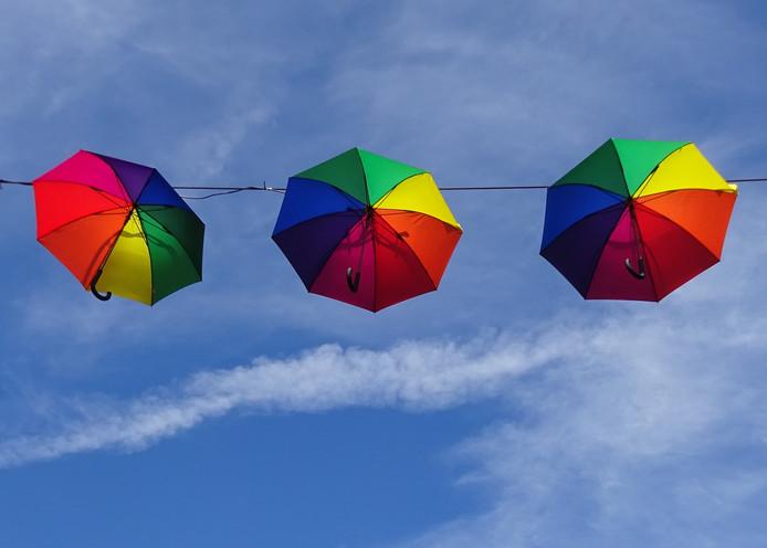 In de winkelstraat in de stad Kleef zijn paraplu's niet nodig, daar hangen ze gewoon in de lucht. Al is er met zo'n blauwe lucht weinig kans op regen…