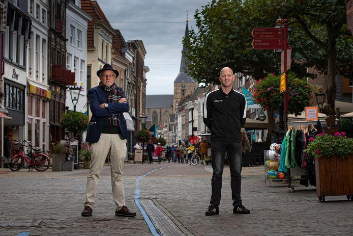 Fré Helleman (links) en Jos van der Kamp in de winkelstraat (Oudestraat) van Kampen. De aanpak van winkeldiefstal in Kampen heeft effect.