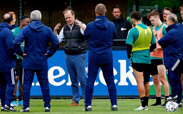 Casper van Eijck spreekt de selectie en staf van Feyenoord toe.