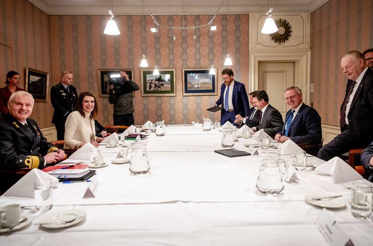Voordat staatssecretaris Barbara Visser het slechte nieuws bracht, kreeg de delegatie uit Zeeland een twee uur durend galgenmaal. Beeld ANP