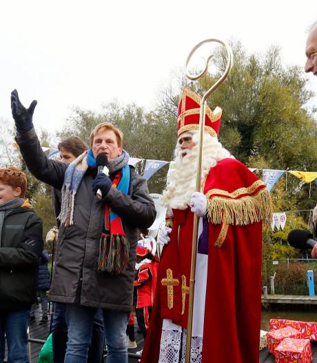 Henny Huisman verwelkomt Sinterklaas aan wal in Leerdam