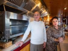 Coronaregels brengen Moris en Ursula in mineur: 'Maar fijn dat vaste klanten een extra broodje shoarma halen'