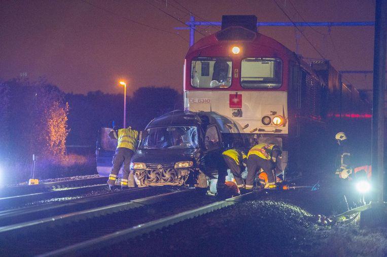 De auto werd aangereden door een goederentrein.
