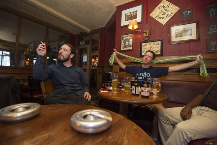 De rookruimte van Irish Pub Mick O'Connels in Arnhem. Foto Rolf Hensel