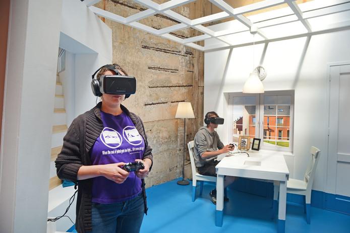 Bezoekers testen de virtual reality tour in het Watersnoodmuseum.