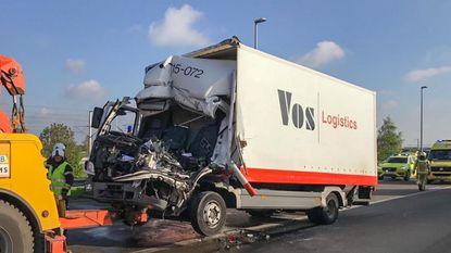 Vrachtwagen rijdt in op file: bestuurder zwaargewond